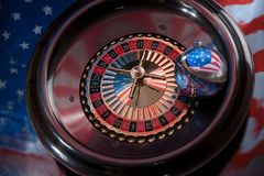 Weihnachtsball mit dem Bild der amerikanischen Flagge auf dem roulet Stockbilder