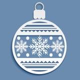 Weihnachtsball mit einem Schneeflockenschnitt Lizenzfreie Stockbilder