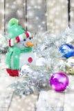 Weihnachtsball mit einem Schneemann Stockbild