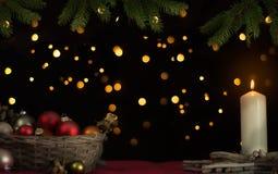 Weihnachtsball mit einer Kerze Stockbild