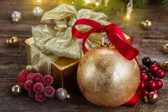 Weihnachtsball mit Geschenkbox Stockfoto