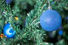 Weihnachtsball mit Girlandenlichtern Stockfotografie