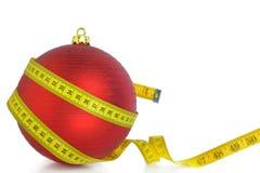 Weihnachtsball mit messendem Band Stockfotografie
