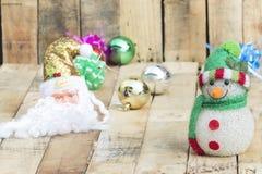 Weihnachtsball mit Santa Claus und einem Schneemann Stockbilder