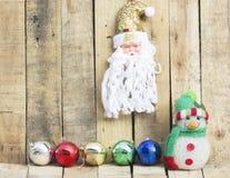 Weihnachtsball mit Santa Claus und einem Schneemann Lizenzfreies Stockfoto