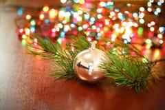 Weihnachtsball mit Tannenbaumasten lizenzfreie stockbilder