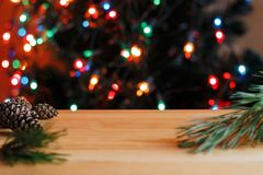 Weihnachtsball nahe Tannenzweigen Lizenzfreie Stockfotos