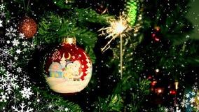 Weihnachtsball und brennende Wunderkerze lizenzfreie abbildung