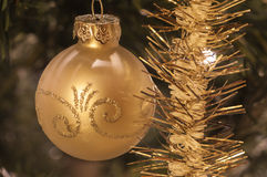 Weihnachtsball und Lamettagirlande Stockbilder
