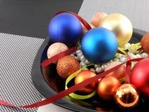 Weihnachtsball und -perlen auf einer Platte, Feiertag des neuen Jahres Stockfoto