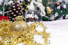 Weihnachtsball und -schnee auf Ballliebeshintergrund stockbild