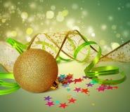 Weihnachtsball und -serpentin auf abstraktem Hintergrund Stockfotografie