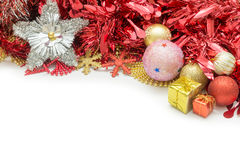 Weihnachtsball und Weihnachtsgeschenk Lizenzfreie Stockfotos
