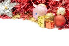 Weihnachtsball und Weihnachtsgeschenk Lizenzfreies Stockbild