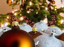 Weihnachtsball vor Baum Lizenzfreie Stockfotos