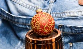 Weihnachtsballdekor auf wenigem dekorativem hölzernem Fass über Denimhintergrund Winterurlaubkonzept decorate lizenzfreies stockfoto