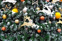 Weihnachtsballkiefern-Schnee bsckground Stockfotografie