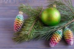 Weihnachtsballtannenzweig stockbilder