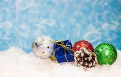 Weihnachtsballverzierung und eine Geschenkbox Stockbild