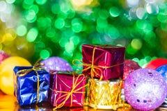 Weihnachtsballverzierung und eine Geschenkbox Lizenzfreies Stockfoto