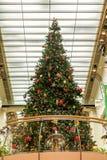 Weihnachtsbaum auf Balkon unter Lichtern Lizenzfreies Stockfoto