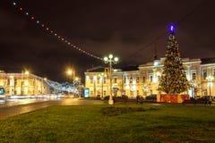 Weihnachtsbaum auf dem Quadrat von Lenin und von sowjetischer Straße nachts Stockbild