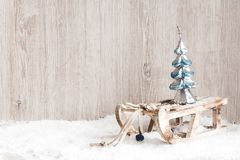 Weihnachtsbaum auf einem hölzernen Brett Weihnachts- oder des neuen Jahreshintergrund Stockfotografie