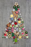 Weihnachtsbaum auf einem hölzernen Hintergrund - eine Idee für ein Grußc Stockfotos