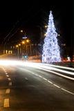 Weihnachtsbaum auf einer Straße Lizenzfreie Stockfotografie