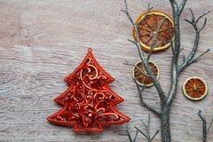 Weihnachtsbaum auf Holz Stockfoto