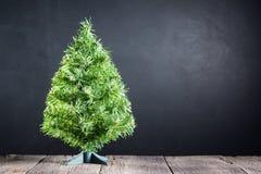 Weihnachtsbaum auf Holz Lizenzfreie Stockfotos