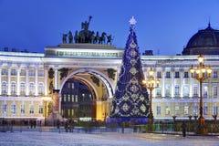 Weihnachtsbaum auf Palast-Quadrat in St Petersburg, Russland, Nacht Stockfotografie