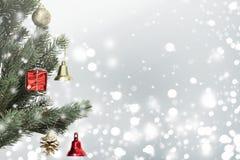 Weihnachtsbaum auf Schneeflockenhintergrund Stockbilder