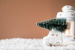 Weihnachtsbaum auf Spielzeugauto Abstraktes Hintergrundmuster der weißen Sterne auf dunkelroter Auslegung Bänder auf gelbem Hinte Stockbilder