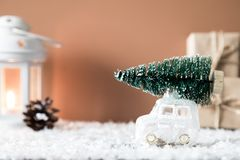 Weihnachtsbaum auf Spielzeugauto Abstraktes Hintergrundmuster der weißen Sterne auf dunkelroter Auslegung Bänder auf gelbem Hinte Lizenzfreie Stockfotos