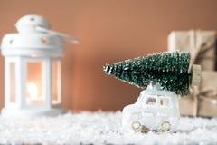 Weihnachtsbaum auf Spielzeugauto Abstraktes Hintergrundmuster der weißen Sterne auf dunkelroter Auslegung Bänder auf gelbem Hinte Lizenzfreies Stockfoto
