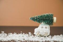 Weihnachtsbaum auf Spielzeugauto Abstraktes Hintergrundmuster der weißen Sterne auf dunkelroter Auslegung Bänder auf gelbem Hinte Lizenzfreies Stockbild