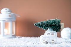 Weihnachtsbaum auf Spielzeugauto Abstraktes Hintergrundmuster der weißen Sterne auf dunkelroter Auslegung Bänder auf gelbem Hinte Stockfotos