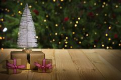 Weihnachtsbaum auf Tabelle, Lichter bokeh Hintergrund Lizenzfreie Stockfotografie