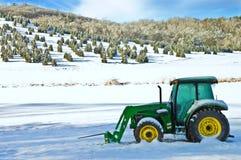 Weihnachtsbaum-Bauernhof und Traktor Lizenzfreies Stockbild
