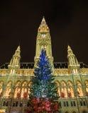 Weihnachtsbaum bei Rathaus in Wien mit den französischen Flaggen-Farben Stockfotos
