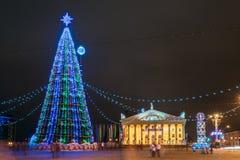 Weihnachtsbaum, Beleuchtungen und Dekorationen in der Stadt Oktyabrska quadrieren Stockbilder