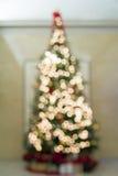 Weihnachtsbaum Defocused mit Bokeh-Lichtern Stockfoto