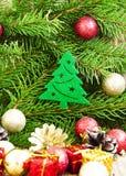 Weihnachtsbaum-Dekoration mit Bällen auf Tannen-Baum-Hintergrund Lizenzfreies Stockbild