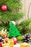Weihnachtsbaum-Dekoration mit Bällen auf Tannen-Baum-Hintergrund Stockbild