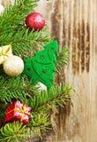 Weihnachtsbaum-Dekoration mit Bällen und Geschenken auf Tannen-Baum Lizenzfreie Stockfotografie