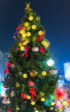 Weihnachtsbaum-Dekorationen mit Bokeh Lizenzfreie Stockbilder