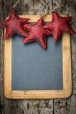 Weihnachtsbaum-Dekorationsgrenze auf hölzerner Tafel der Weinlese lizenzfreie stockfotografie