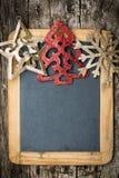Weihnachtsbaum-Dekorationsgrenze auf hölzerner Tafel der Weinlese lizenzfreies stockfoto