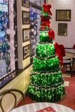 Weihnachtsbaum, der durch Flaschen am Café im Winter in Darjeeling, Indien machte Stockbild